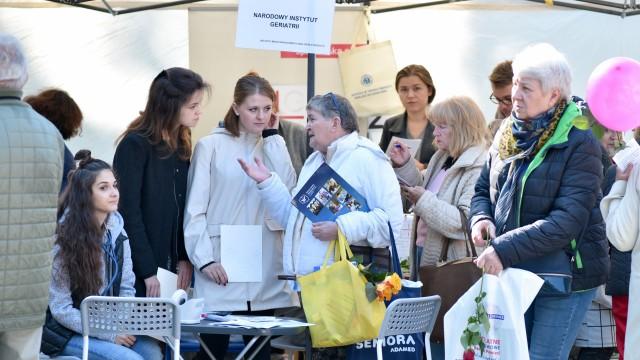 """""""W minioną niedzielę, 1 października obchodziliśmy Międzynarodowy Dzień Osób Starszych. Tego dnia spotkaliśmy się z Seniorami i przyjaciółmi Osób Starszych na """"Jarmarku Kreatywności"""" w Ogrodzie Saskim w Warszawie."""